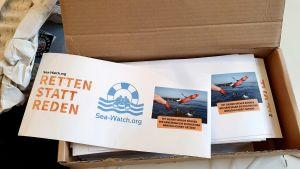 """Räddningsorganisationen Sea-Watchs broschyr med rubriken """"Rädda i stället för att prata""""."""