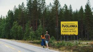 """Puolanka tiekyltti tekstillä """"Seuraavana Puolanka - vielä ehdit kääntyä pois""""."""