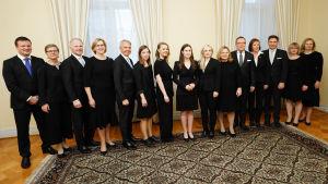 Suomen uusi hallitus poseeraa ryhmäkuvassa järjestäytymisistunnossa valtioneuvoston linnassa