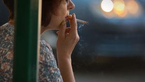 Anonyymi nainen imee tupakkaa.