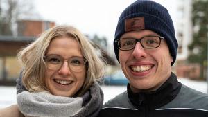 Mia Muhonen går på bioresonans i sällskap med sin bror, Mika Muhonen. Båda studerar medicin.