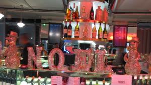Julpynt på flygplatsbar, flaskor i bakgrund