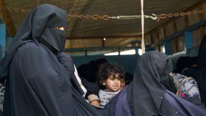 Kvinna med barn i al-Hol.