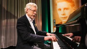 Musiikkineuvos Seppo Hovi soittaa sarjassa Maaseudulta maailmalle.