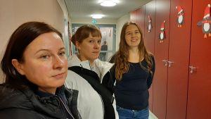 Föräldrar på plats u Tuovilan koulus korridor.