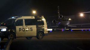 En polisbil på Helsingfors-Vanda flygplats.