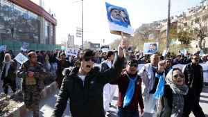 Personer som demonstrerar på gatan i Kabul.