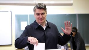 Presidentkandidaten  Zoran Milanović röstar i presidentvalet.