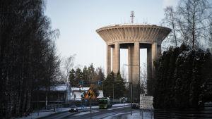 Ett vattentorn. I framgrunden en bilväg.