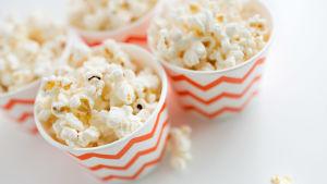 Pappmuggar med popcorn.