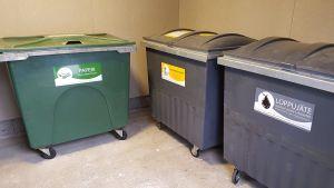 Jäteastioita talonyhtiön katoksessa