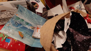 Kuvassa on joulun pakkausroskaa