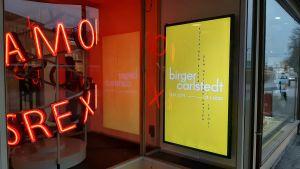 En gul affisch gör reklam för Birger Carlstedt-utställningen på Amos Rex 11.10.2019-12.1.2020.