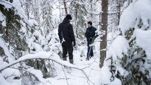Tobias Peura och Kimmo Örn från Vargpatrullen ute i skogen.