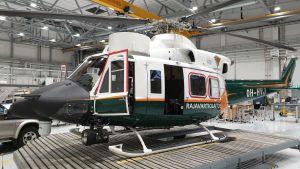 Rajavartiolaitoksen Agusta Bell -helikopteri peruskorjattavana Vartiolentolaivueen korjaamolla.
