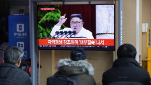 Sydkoreaner på en metrostation i Soul följer med nyheter om Kim Jong-Uns krigiska kommentarer på nyårsdagen