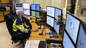 En man övervakar skärmar.
