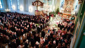 En fullsatt kyrka sörjer Ari Behm. Fotografiet är taget uppifrån.