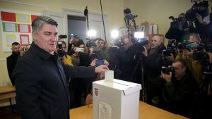 Zoran Milanovic röstar i Kroatiens presidentval, den andra omgången.