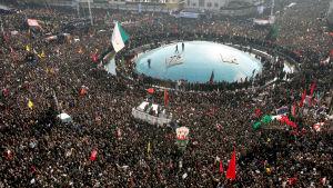 Ett folkhav är samlat i Teheran. I mitten en glaskupol.
