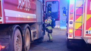 Brandman och brandbil utanför kraftverket på Vasklot i Vasa.