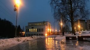 Katu on todella liukkaan jään peitossa Kajaanin keskustassa.
