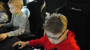Mathias Vikman och Leo Rautiainen spelar datorspel.