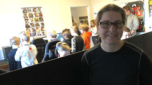 Hanna Vikman med flera barn och ungdomar som spelar datorspel.
