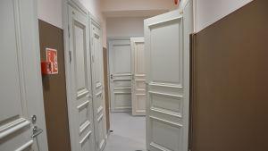 Vita spegeldörrar och brun vägg.