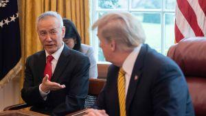 Kinas vice premiärminister Liu He anlände till Washington på måndag för undertecknandet av fas 1-avtalet. På en arkivbild från Vita huset den 4 april 2019 talar Liu He med president Donald Trump.