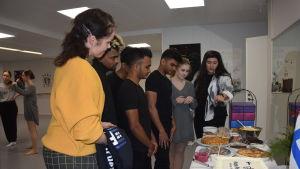 Hurja Piruetti i Karis har besök av dansare från Sri Lanka. Dansarna får veta vilken sorts mat Hurja Piruetti bjuder på i dansstudion.