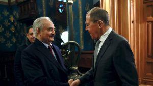 Rysslands utrikesminister Sergej Lavrov hälsade Haftar välkommen i Moskva på måndagen.