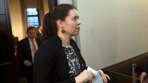 Anna Kontula med papper i handen.