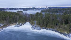 Ilmakuvassa Sulosaari ja kaukana taustalla siintää Savonlinnan kaupunkia.
