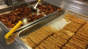 Morotsknappar och panerad fisk i lunchbuffén i Källhagens skola/Virkby gymnasium.
