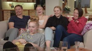 Mika, Veera, Olivia, Annika ja Susanna istuvat sohvalla.