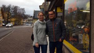 Susanne och Mikael Westerholm står utanför Virkby sportaffär.