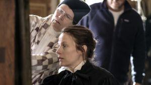 Anna Retulainen instruerar Laura Birn under förberedelserna inför Helene-filmen.
