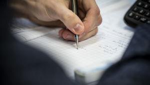 Opiskelija laskemassa matematiikkaa tunnilla