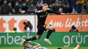 Erling Braut Håland hoppar över motståndare.