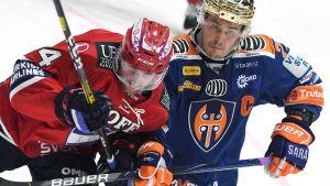 Sebastian Dyk och Kristian Kuusela i närkamp.