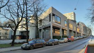 Egentliga Finlands tingsrätt är en ljus betongbyggnad, med stora fönster som solen speglas i.
