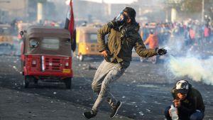 Demonstranterna kastade tillbaka tårgasgranater på säkehetsstyrkorna under sammandrabbningar på Tayaran-torget i centrala Bagdad.