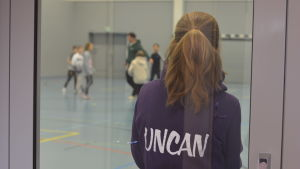 Ungdomledare står med ryggen till med texten Uncan på ryggen.