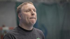 Mikael Källman seuraa peliä