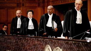 Internationella domstolens president Abdulqawi Ahmed Yusuf (andra från höger) säger att rohingyerna fortfarande är extrem utsatta