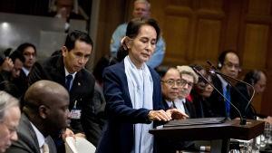Myanmars ledare Aung San Suu Kyi försvarade militäroffensiven mot rohingyer då folkmordsrättegången inleddes i Haag i december.
