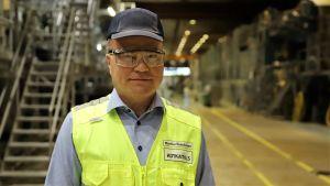 Metsäyhtiö Kotkamills Oy:n toimitusjohtaja Markku Hämäläinen seisoo tehtaan paperi- ja kartonkikonesalissa