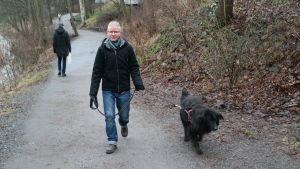 Alexander Rancken och hans hund går längs Aura å