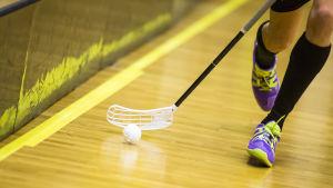 Innebandyspelares springande fötter, också klubba och boll